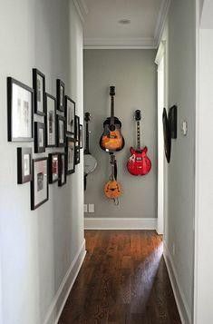 couloir étroit de nombreuses photos des guitares sur le mur
