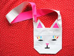 OMG!! Love this duct tape cat purse! Great craft for girls & would be a great at a birthday party, girl scouts etc.. #crafts #kids
