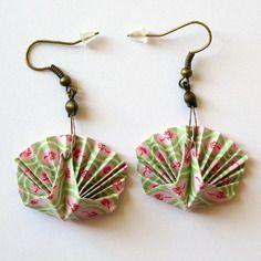 Boucles d'oreille origami - paon vert et rose pastel au motif floral graphique