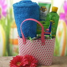 Gift IDEAS - Summer Gift of beach tote with beach towel/blanket, sun screen, chap stick, magazines etc. Summer Gift Baskets, Gift Baskets For Women, Basket Gift, Beach Gift Basket, Bridal Shower Prizes, Bridal Shower Baskets, Summer Bridal Showers, Birthday Gift Baskets, Door Prizes