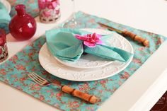 Esse kit é um presente de arrasar! <br>Um mesa posta linda para curtir demais :) <br> <br>Esse kit é composto por <br> <br>6 jogos americanos dupla face em tricoline na estampa floral tiffany's <br>6 guardanapos azul tiffany's e petit pois <br>6 porta guardanapo de orquídeas cor de rosa