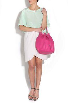Falda cruzada beige de Blossan, blusa de seda manga ranglan de Naïve, bolso de Marga Prado y zapatos de Serena Whitehaven.