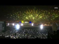 حماس الجمهور مع استعراض فتاة تطير في الجو.. والألعاب النارية تضيء سماء الرياض! - YouTube