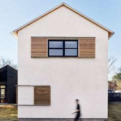 Lakefront+Austin+home+by+Aamodt+Plumb+Architects+is+split+into+two+wings