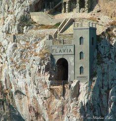 Porto Flavia – port minier insolite de Sardaigne Sardinia, Mount Rushmore, Travel Destinations, Italy, Mountains, Architecture, Nature, Porto, Electric Train