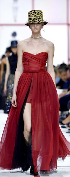 127 Great Looks from Paris Fashion Week Strapless Dress Formal, Formal Dresses, Dior Couture, Christian Dior, Saint Laurent, Runway, Womens Fashion, Clothes, Paris Fashion