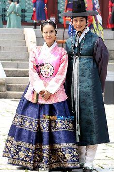 male and female hanbok . I saw their KD, isn& that Kim Tae Hee ( Rain& GF)? Korean Traditional Clothes, Traditional Fashion, Traditional Dresses, Korean Hanbok, Korean Dress, Korean Outfits, Historical Costume, Historical Clothing, Oriental Fashion