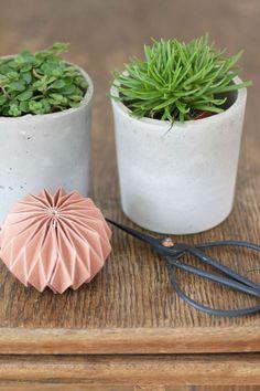 Last Minute-Weihnachtsgeschenk-DIY: Beton-Blumentöpfe selbermachen. Für alle, die schon fast alles haben.