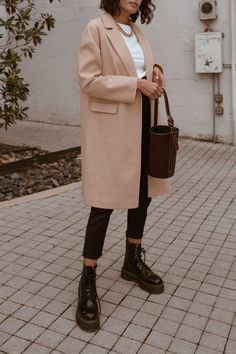 Doc martens outfit Dr martens outfit winter - Outfits ta Does Your Student Eat A Hot School Lunch Or Casual Winter Outfits, Winter Mode Outfits, Winter Fashion Outfits, Look Fashion, Trendy Outfits, Cute Outfits, Outfit Winter, Summer Outfits, Winter Dresses