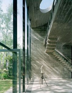 This breathtaking atelier of the German sculptor Hermann Rosa, located in Munich, was fully designed by the owner himself. Concrete and glass, greenery trying to enter the space, clean minimalistic interior - this place is a tabula rasa for creative mind. Concrete Architecture, Interior Architecture, Minimalist Interior, Brutalist, Interior Exterior, Alvar Aalto, Munich Germany, Concrete Light, Concrete Stairs