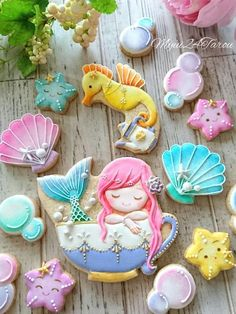 15 Amazing Royal Icing Sugar Cookie Designs Looking in from the outside, just wishing that one day she might have the steady hand and the finesse to be able to pull of beautiful designs such as this. Best Sugar Cookies, Fancy Cookies, Iced Cookies, Cute Cookies, Cookies Et Biscuits, Cookie Icing, Royal Icing Cookies, Cupcakes, Cupcake Cookies