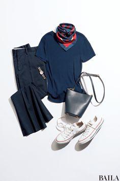 ムシムシ暑いけれど、気合をいれて仕事したい。そんな日は、動きやすいニットとパンツ、スニーカーで。カジュアルなアイテムも、白&紺で仕上げればきちんと感上々。首もとのスカーフで女らしさを加えれば、ネックレスなしでも華やかな雰囲気に。手元にアクセントが欲しいなら、バングル代わりにシルバ・・・ Work Fashion, Fashion Details, Fashion Pants, Parisian Chic Style, Fashion Capsule, Fashion Books, Japanese Fashion, Scarf Styles, Casual Chic