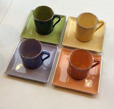 värilliset mokkakupit neliskanttisilla lautasilla . kupin sisus samanvärinen kuin lautanen . korkeus 6 ja halkaisija 5.5cm . @kooPernu