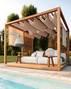 cenador de madera simple bajo el cual se esconde una cama junto a la piscina.