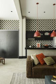 Uma decoração com tons básicos, mas com detalhes coloridos e texturas…
