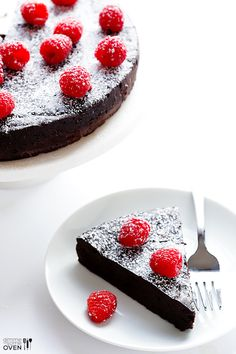 A decadent, gluten-free flourless chocolate cake recipe with no added sugar necessary! To make it Keto, use sugar free Chocolate chips! Avacado Chocolate Cake, Hershey Chocolate Cakes, Tasty Chocolate Cake, Chocolate Chips, Desserts Keto, Gluten Free Desserts, Delicious Desserts, Italian Desserts, Flourless Cake