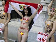 la militante féministe Aliaa Magda Elmahdy a manifesté devant l'ambassade égyptienne à Stockholm, pour protester contre l'islamisation de son pays l'Egypte.