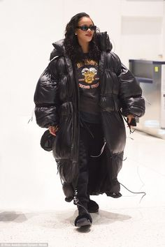Rihanna rocks oversized padded jacket as she arrives New York (Photos) - NaijaExclusive Celebrity Style Casual, Unique Fashion, Womens Fashion, T Shorts, Langer Mantel, Rihanna Style, New York Photos, Bad Gal, Rihanna Fenty