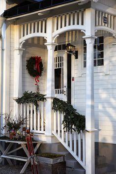 Jul i Lilla Villa Vita Christmas Porch, Country Christmas, Christmas Home, Outdoor Christmas, White Christmas, Christmas Decor, Christmas Holidays, Christmas Ideas, Pergola