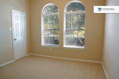 ¿Qué te parece la vista de esta habitación? Bonita y muy iluminada, ¿verdad?  #casa #ventana #habitación #recámara #alfombra #jardín #thewoodlands