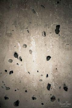 Impacts de balles sur le mur d'une maison détruite par les khmers rouges à Kep - Cambodge