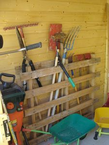 Recyclage de palette great idea for the garage - Comment ranger les outils de jardin ...