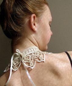 Írsky natur... Jemný vintage náhrdelník z dvoch odtieňov slonovinovej farby. Zapínanie saténovou stuhou, Dá sa nosiť aj ako golierik. Veľkosť: na obvod krku 33 cm a viac