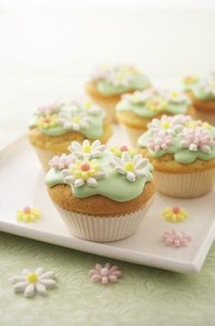 Cupcakes - They make me want to twirl . wonder if I could master these for my tea parties? (I even have that cake stand - Hobby Lobby! Moana Birthday Party, Hawaiian Birthday, Moana Party, Luau Birthday, Luau Party, Birthday Cupcakes, Birthday Ideas, Hawaiian Luau, Happy Birthday