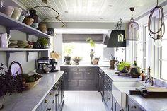 I senaste numret av Residence finns nu ett 8 sidor snyggt reportage från vår trädgård och glimtar från köket. Jag brukar inte visa upp vårt hem, men gjorde ett undantag denna gången. Tack @residencemag och @imkej 🌞Det blev otroligt fint! Foto: Karin Björkqvist  #minträdgårdvidsjön #nybok  #kitchen