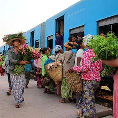 Le voyage en train, tout une aventure, arrêt à une gare près de Kalaw en Birmanie #myanmar #birmanie #train