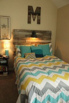 DIY: Pallet Headboard. Love the comforter too....want to make my own in the same coors except the yellow (subtitute biege)