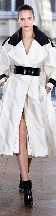Fall 2018 RTW Ralph & Russo Fashion 2018, Love Fashion, High Fashion, Fashion Tips, Fashion Brands, Couture Week, Haute Couture Fashion, Black White Fashion, Black N White