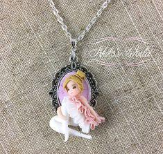 Collier camé chibi danseuse blonde et sa robe / tutu rose
