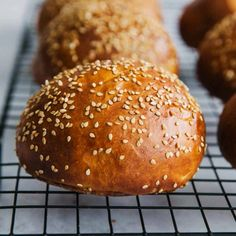 Homemade Burger Brioche Buns are so easy to make. This step by step Burger Bun Recipe and recipe video will help you make the best homemade hamburgers. The buns are soft and sprinkled with sesame. Homemade Hamburgers, Best Homemade Burgers, Bread Bun, Brioche Bread, Brioche Bun, Brioche Recipe, Easy Bread, Dinner Rolls, Food Videos