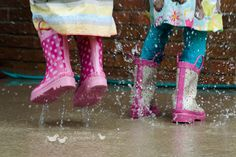 Los días de lluvia se pueden convertir en una divertida aventura con unas botas y un chubasquero