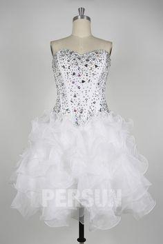 Robe de bal blanche courte bustier coeur parsemé de bijoux et jupe froufrou à volant Bustier, Ruffle Skirt, Glitter, Gowns, Fashion Ideas, Jewerly