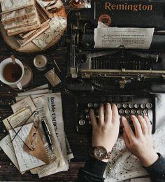 Vintage typewriter and messy desk - Vintage typewri. - Vintage typewriter and messy desk – Vintage typewriter and messy desk Source by – Brown Aesthetic, Aesthetic Vintage, Cosy Aesthetic, Foto Fantasy, Urbane Kunst, Messy Desk, Slytherin Aesthetic, Vintage Typewriters, Vintage Design