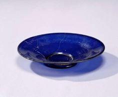 図1 橿原市新沢千塚古墳群126号墳(5世紀後半)出土の紺色ガラス皿(東京国立博物館が所蔵)