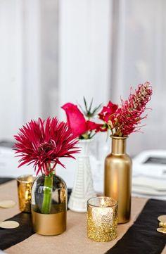 hochzeit tischdeko ideen blumen glitter gold farbe vasen