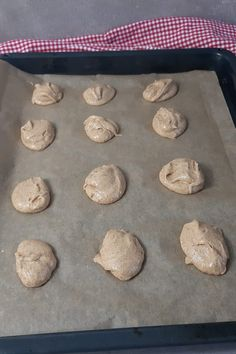 Backen mit Toffifee! So machst du weiche Cookies mit Toffifee Tolle Desserts, Yummy Cookies, Sheet Pan, Christmas Cookies, Grad, Cake Pops, Advent, Low Carb, Savory Foods