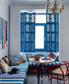 Зона столовой. Квартира выходит на солнечную сторону, и Чебурашкины решили снабдить окна ставнями. Старый радиатор заменили на самую компактную мебель, чтобы организовать на месте подоконника скамейку.