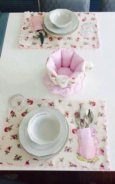 Çiçekli servisler - Diy and crafts interests Recycled Crafts, Diy And Crafts, Quilting Projects, Sewing Projects, Plate Mat, Place Mats Quilted, Table Arrangements, Patch Quilt, Mug Rugs