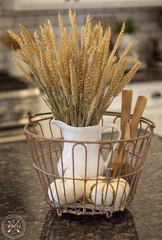 5 Simple Tips for Styling Beautiful Fall Baskets Fall Home Decor, Autumn Home, Fall Kitchen Decor, Thanksgiving Decorations, Seasonal Decor, Harvest Decorations, Holiday Decorations, Deco Champetre, Decoration Inspiration