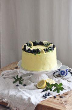KakkuKatri: Mustikka-sitruunakakku Pink Clouds Wallpaper, Cheesecakes, Cake Designs, Wedding Table, Blueberry, Cake Decorating, Food And Drink, Lemon, Cooking Recipes