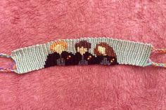 Friendship Embroidery Bracelets Feel like a DIY challenge? Then try this intricate Harry Potter friendship bracelet! Harry Potter Armband, Harry Potter Bracelet, Harry Potter Jewelry, Embroidery Floss Bracelets, Thread Bracelets, Ankle Bracelets, Diy Friendship Bracelets Patterns, Bracelets With Meaning, Anklet Designs