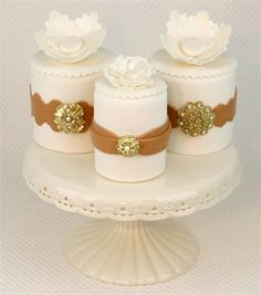 Starlight Custom Cakes, Maine ~ These mini cakes with edible gold brooch & pearls. Gorgeous Cakes, Pretty Cakes, Amazing Cakes, Mini Tortillas, Fun Cupcakes, Cupcake Cakes, Petit Cake, Small Wedding Cakes, Cake Fillings