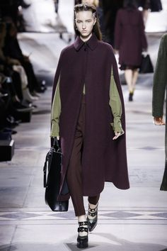 See the complete Mulberry Fall 2016 Ready-to-Wear collection.