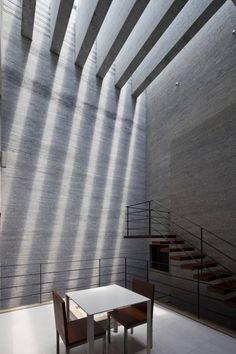 Gia Lai House|Vo Trong Nghia Architects  以 4 公尺長的灰色花崗岩片堆砌而成的越南私宅  為符合 Tube House 狹長空間眾多房間數的需求  故將「 走廊 Corridor 」概念引入空間的設計中  屋頂採光並設置百葉讓室內自然通風以節省能源