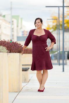 Dieser Schnitt von Tinalisa ist einfach wunderbar weiblich und trotzdem für den Alltag im Job bestens geeignet. Business Look, Cold Shoulder Dress, Dresses, Fashion, Curvy Women, Slim, Reach In Closet, Dressing Up, Vestidos