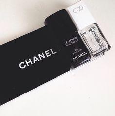 On my nails: Black Satin de Chanel.